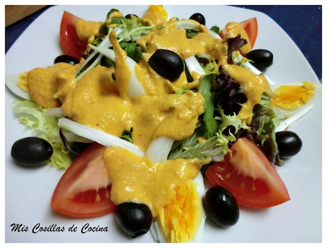 Ensalada con salsa de frutos secos y tomate