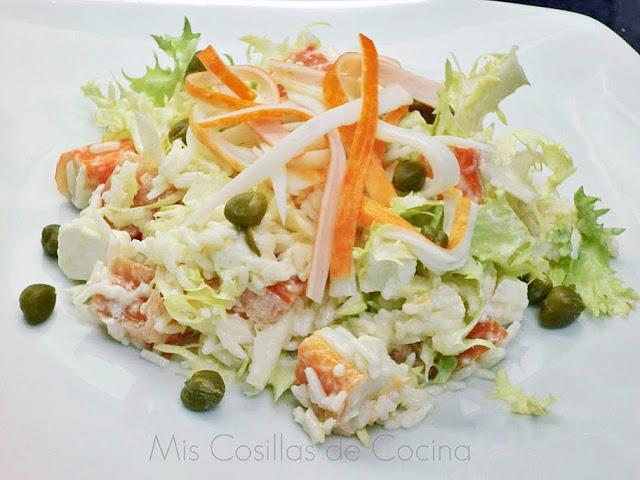 Ensalada de escarola con arroz y palitos de surimi