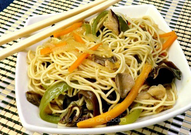 Fideos chinos con verduras y setas