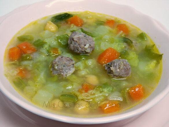 Sopa de verduras con garbanzos y pelotitas