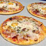 Mini pizzas de beicón y huevos de codorniz