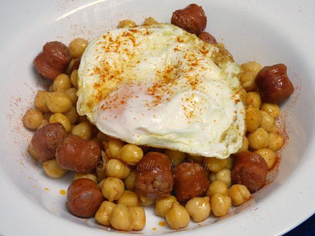 Garbanzos con chistorra y huevo frito