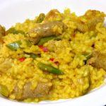 Arroz con salchichas, carne magra y verduras