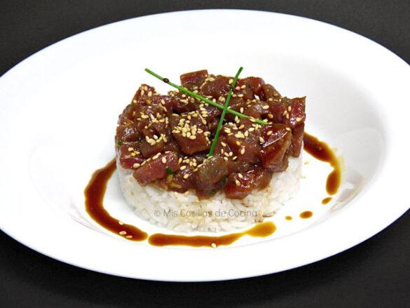 Tartar de atún con salsa de soja y arroz