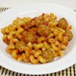 Serpentini con salsa de tomate y albóndigas