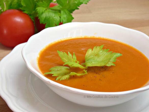 Sopa de tomate con apio