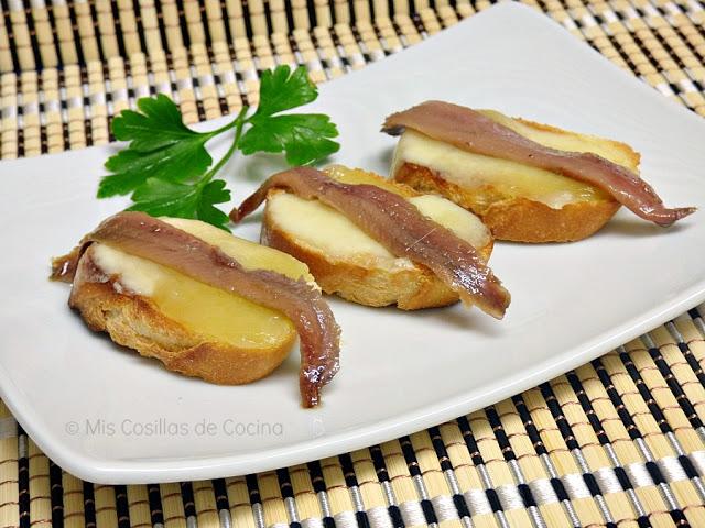 Montadito de arzúa-ulloa con anchoas