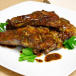 Costillas de cerdo con salsa de perejil y limón