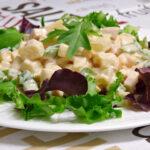 Ensalada con palmitos, pavo, piña y queso