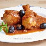 Muslos de pollo en salsa de tomate y aceitunas