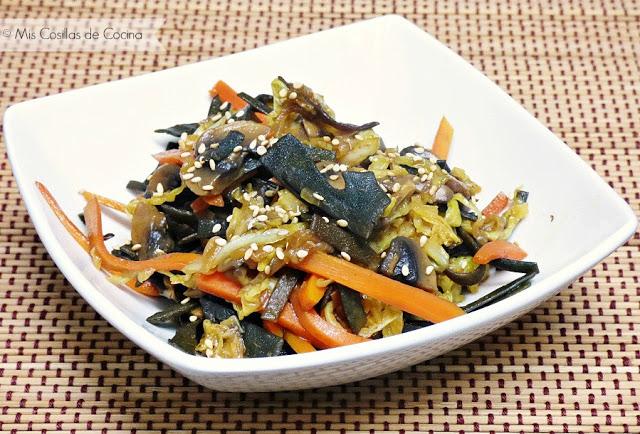 Salteado de verduras con espaguetis de mar