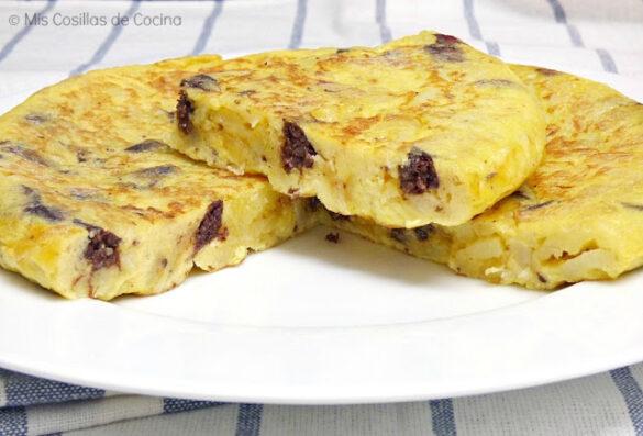 Tortilla de patatas, cebolla y morcilla