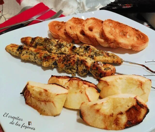 Brochetas de pollo al horno con manzana asada