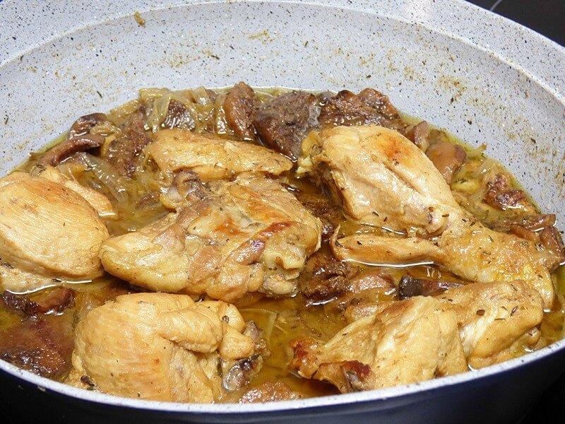 Pollo rustido con setas, cazuela