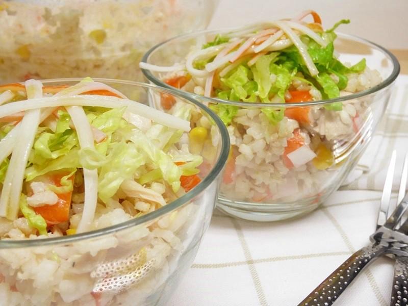 Ensalada de arroz integral con surimi y bonito