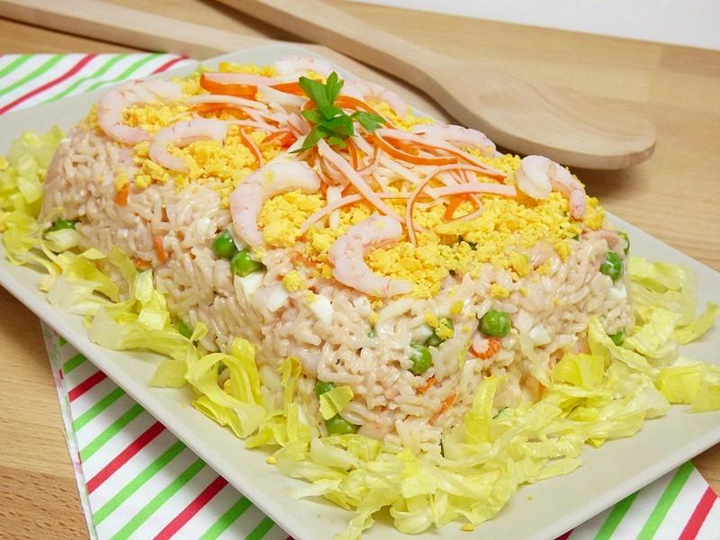 Ensaladilla de arroz con gambas y surimi