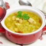 Sopa de col con pollo y garbanzos