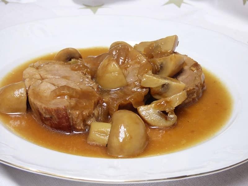 Solomillo de cerdo en salsa con champiñones