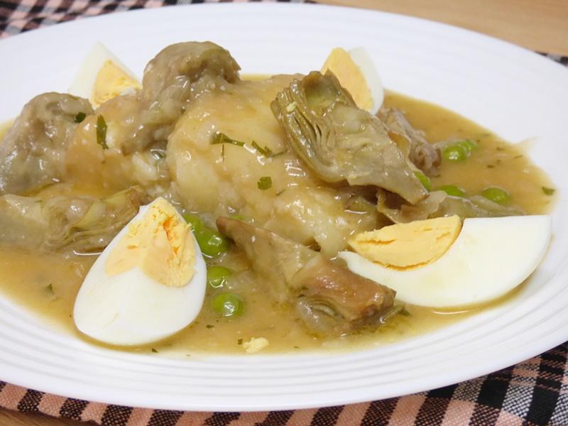 Bacalao en salsa con alcachofas y guisantes