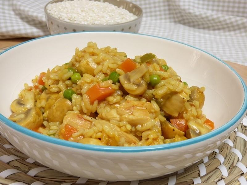 Arroz con pollo, champiñones y verduras